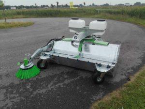 Zocon veegmachine leverbaar in verschillende groottes met verschillende opties. Bel voor meer informatie naar Zonderland Constructie of Zonderland Machinehandel op 0513-714334