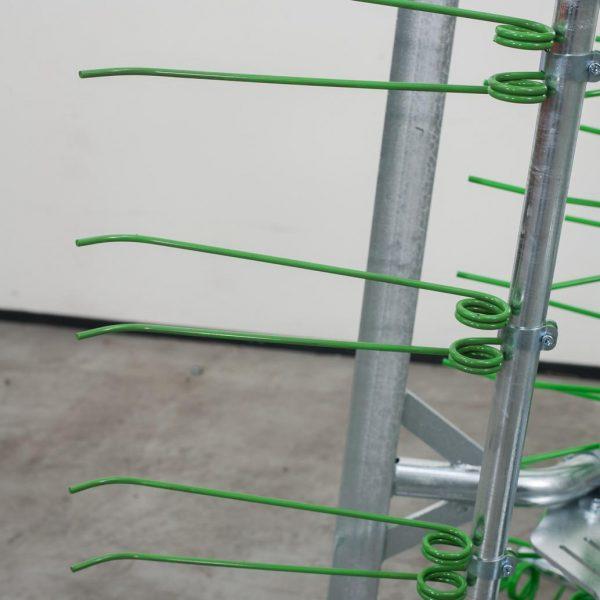 Zocon Greenkeeper 8m, 81 dubbele 10mm tanden. Leverbaar met verschillende opties zoals loopwiel, traptreden, LED verlichting enz. Neem voor informatie contact op met Zonderland Machinehandel of Zonderland Constructie; info@zocon.eu