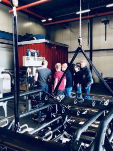 Doedag VMBO-onstage bij Zonderland Constructie. Jeugd leert hoe de machines van Zocon worden gemaakt.